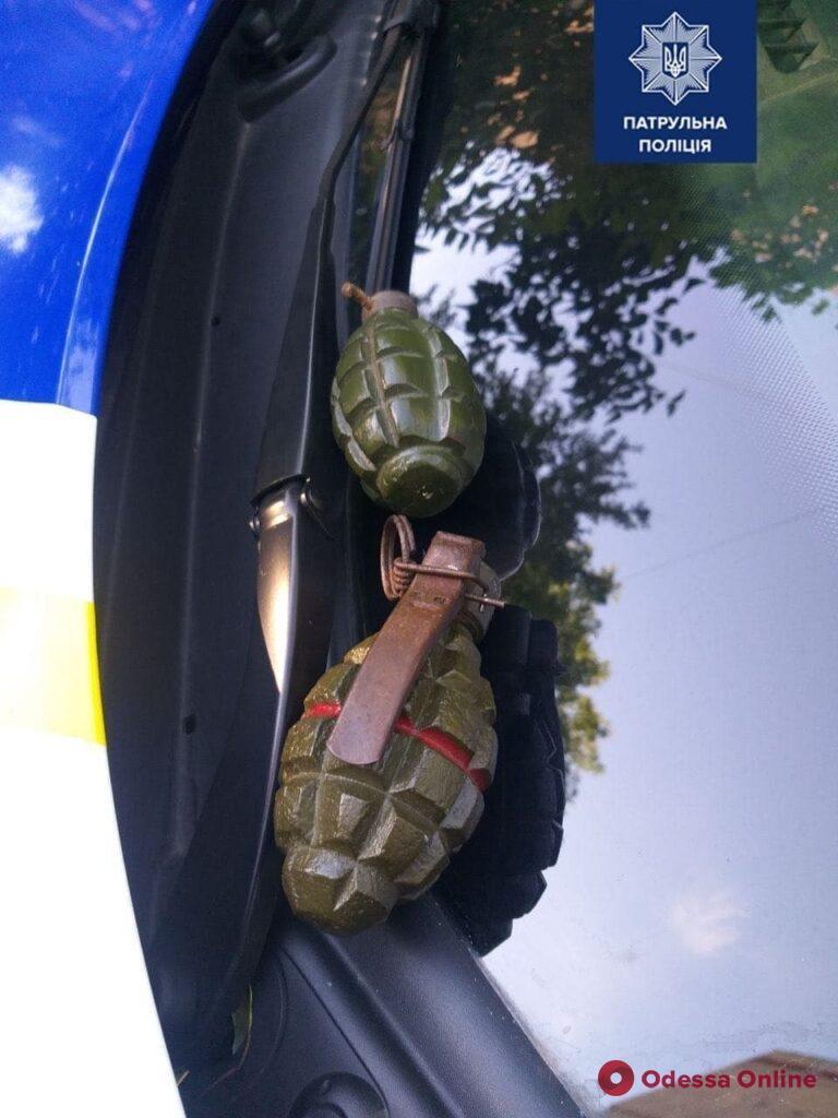 В Одессе пьяный мужчина заявил, что ему угрожает жена и показал полицейским учебные гранаты
