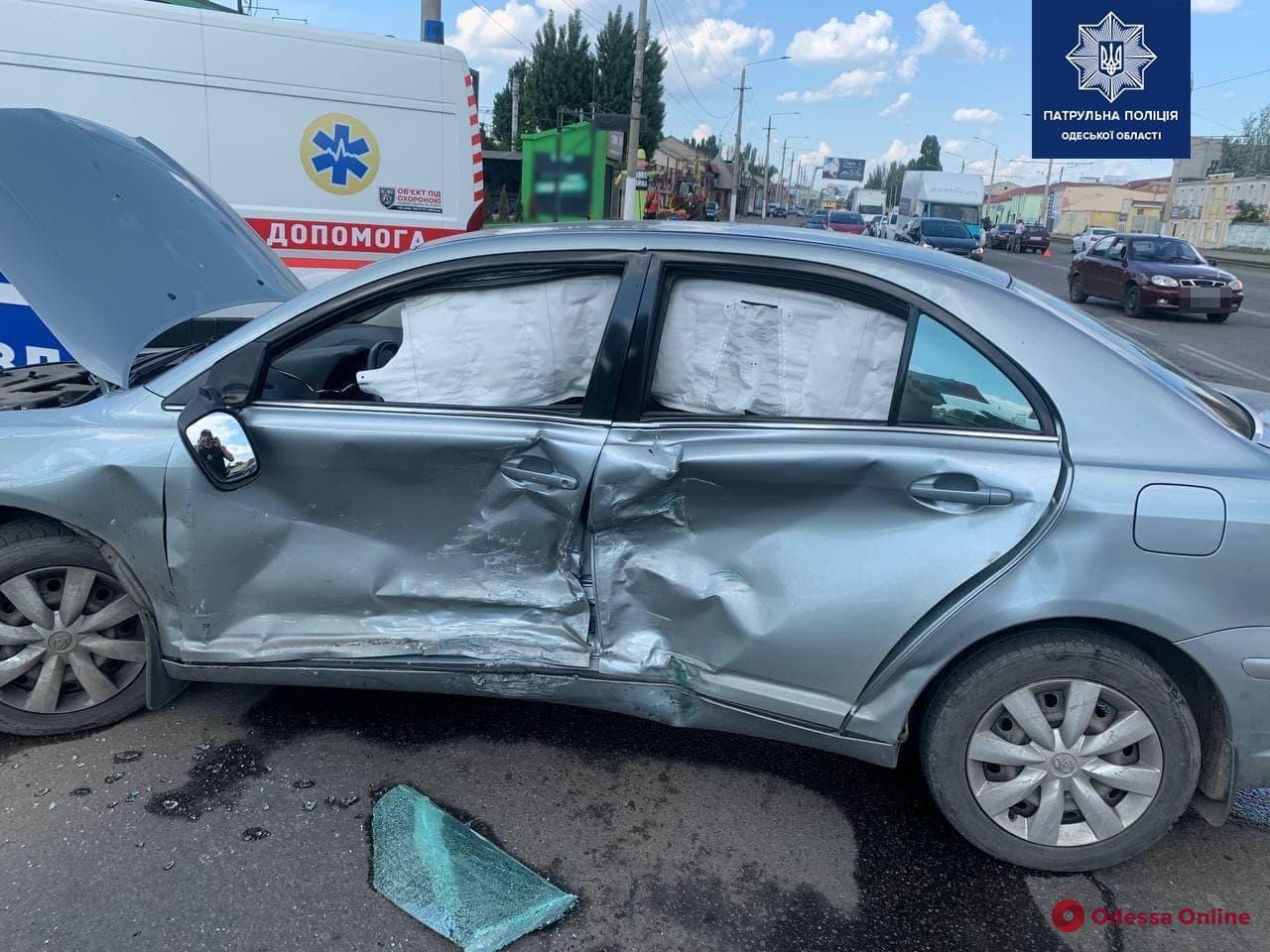На Николаевской дороге столкнулись две легковушки – пострадал один из водителей