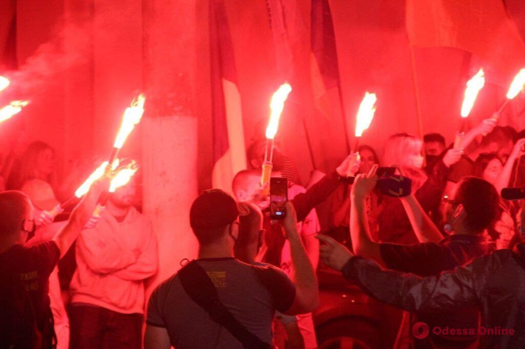 Антикоррупционная акция протеста: одесские моряки перекрыли Французский бульвар и зажгли фаера (фото, видео)