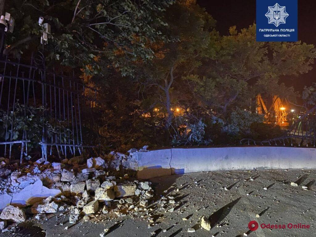 На Канатной легковушка протаранила забор и вылетела на склоны – пострадала женщина