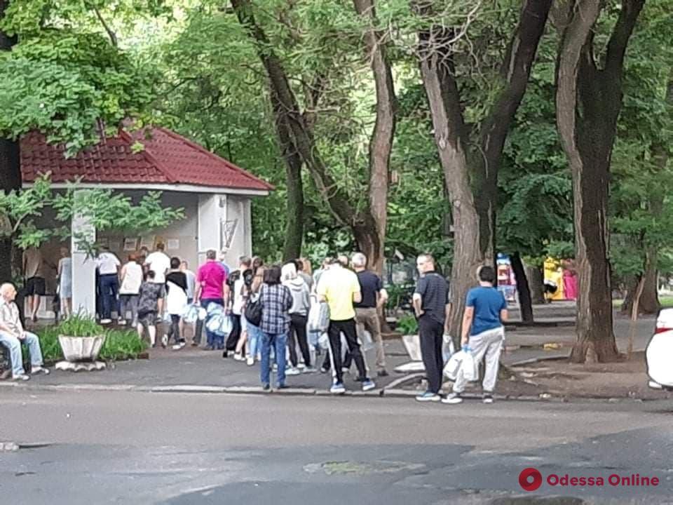 Из-за отсутствия воды в центре Одессы выстроились очереди к бюветам (фото)