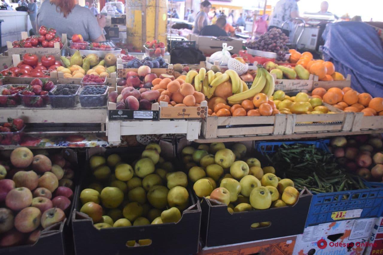 Анчоусы, абрикосы и горошек: воскресные цены на одесском «Привозе»