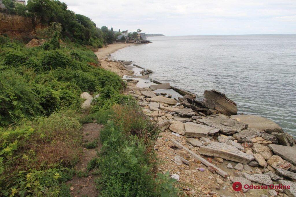 Заброшенный пляж в Черноморке: оползни, развалины и заросли (фоторепортаж)