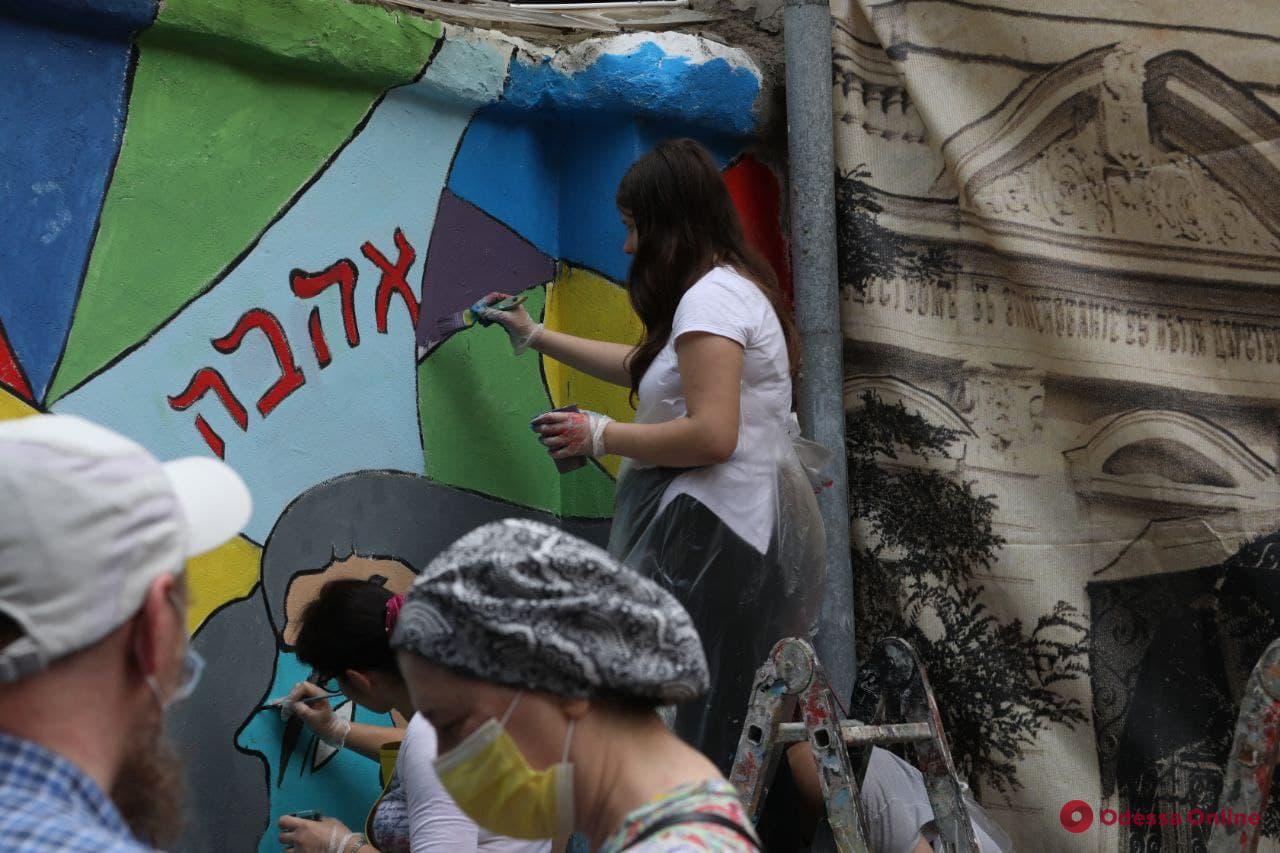 «Пролетая над Одессой»: во дворе на Малой Арнаутской нарисовали новый мурал (фото)
