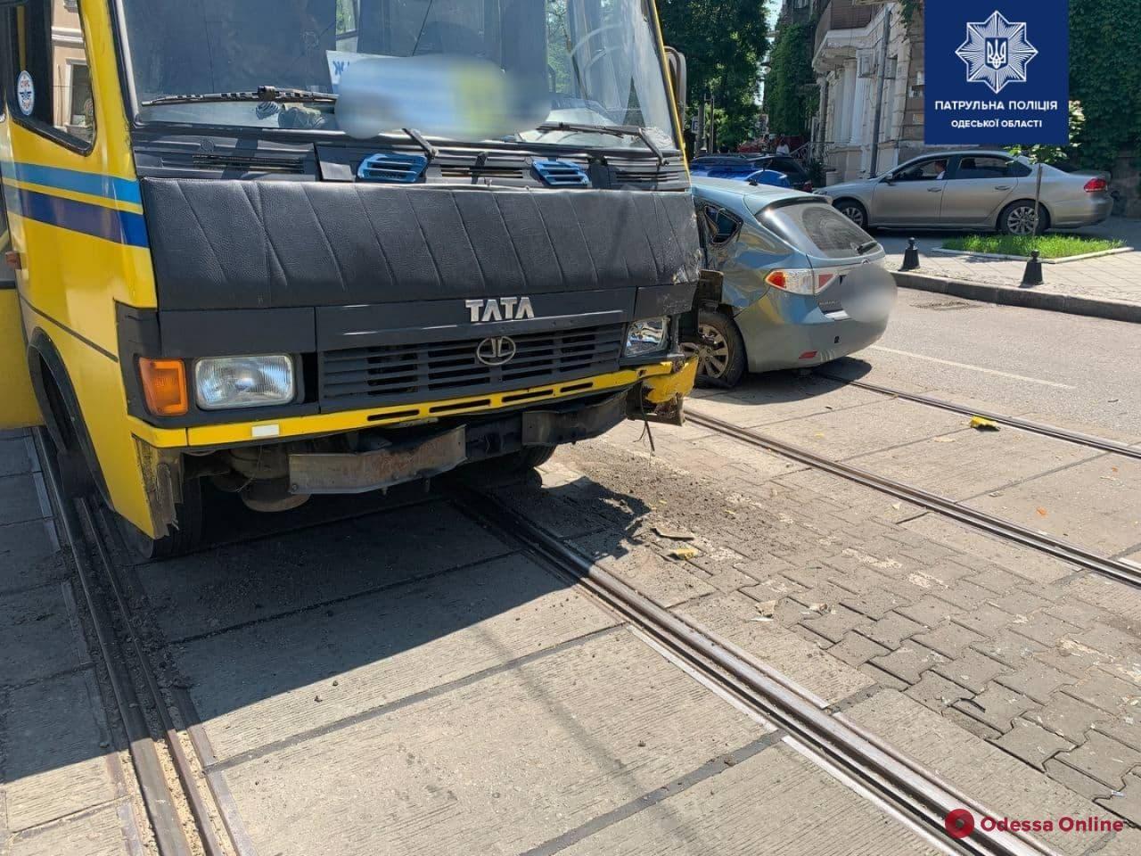 В центре Одессы столкнулись легковушка и маршрутка — пострадала женщина