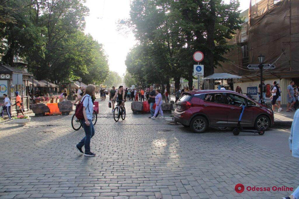 Приметы выходного дня: пешеходная зона в центре Одессы (фоторепортаж)