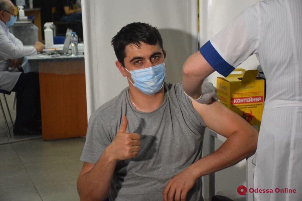 Шаг к победе над пандемией: как проходит массовая вакцинация одесситов на Среднефонтанской (фото)