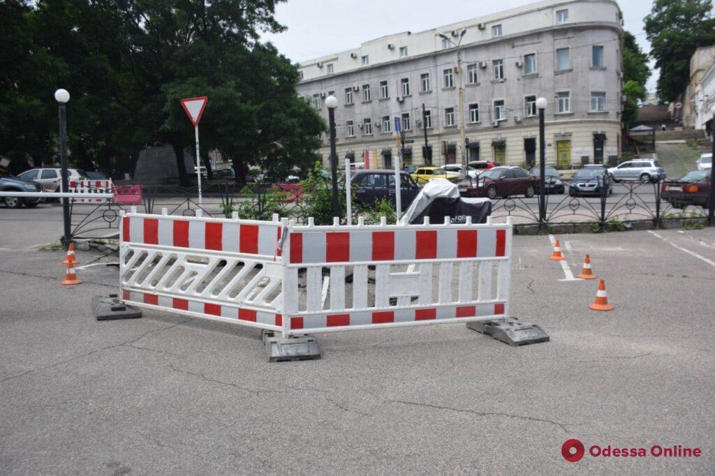 На Таможенной площади провалился асфальт (фото)