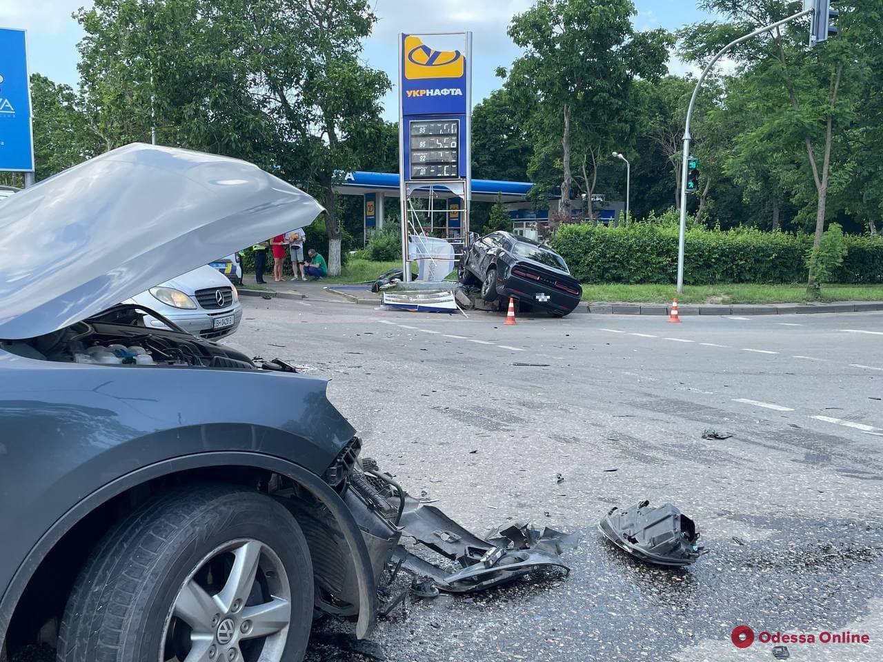 Возле Одесского аэропорта столкнулись Dodge и Volkswagen — пострадали два человека (обновлено)