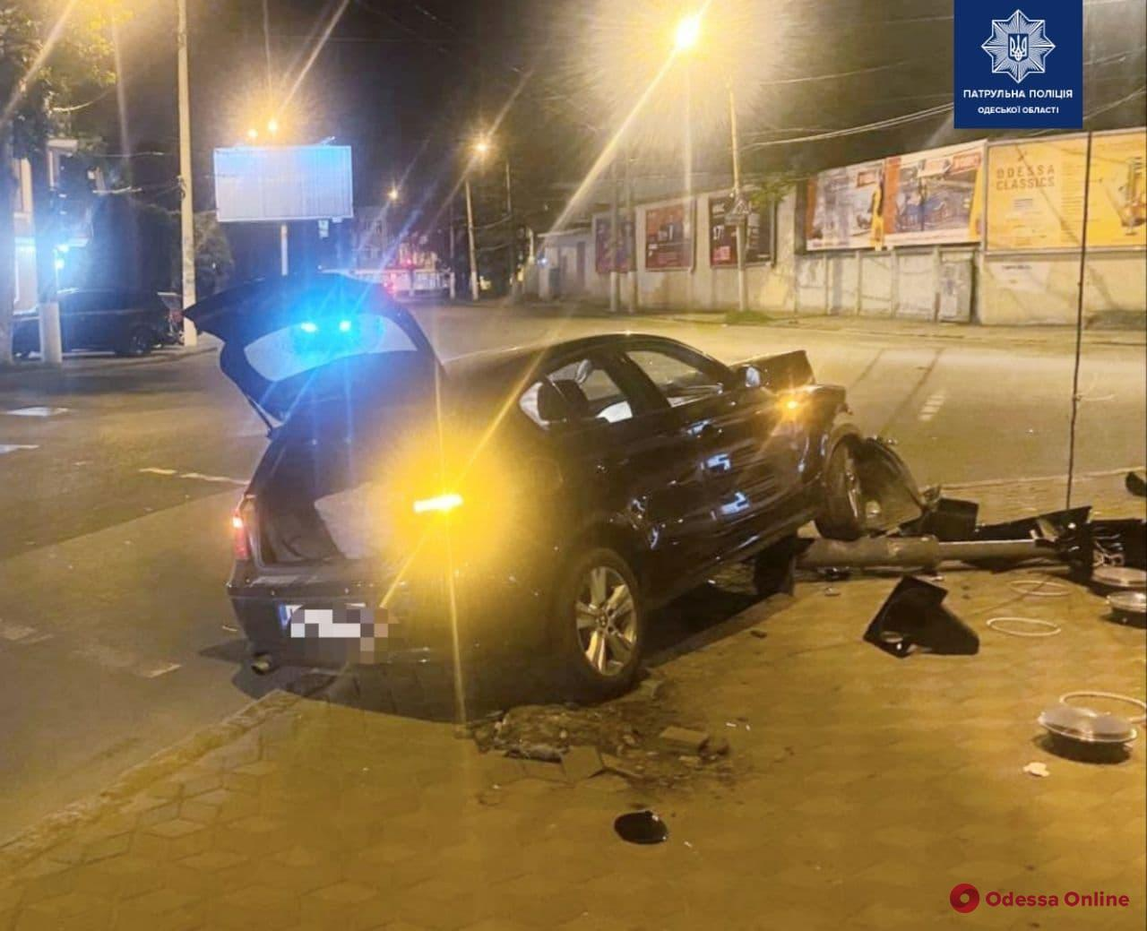 На Богдана Хмельницкого водитель автомобиля BMW снес светофор