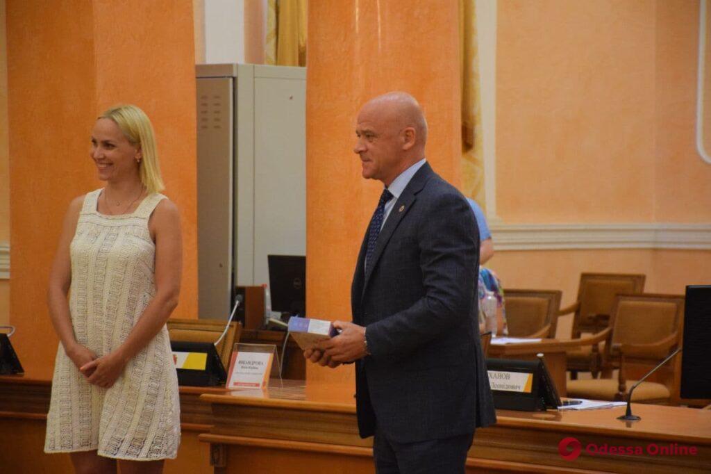 Мэр Одессы поздравил выпускников-сирот с окончанием школы и подарил им планшеты (фото)