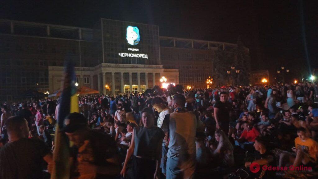 Футбольная фан-зона в парке Шевченко: за сборную Украины болеют более тысячи одесситов (фото)