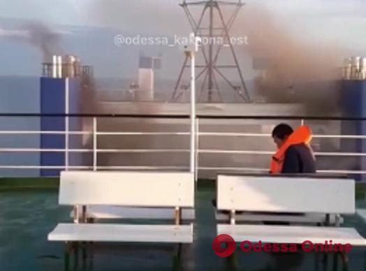 На теплоходе у берегов Черноморска произошло сильное задымление (видео)