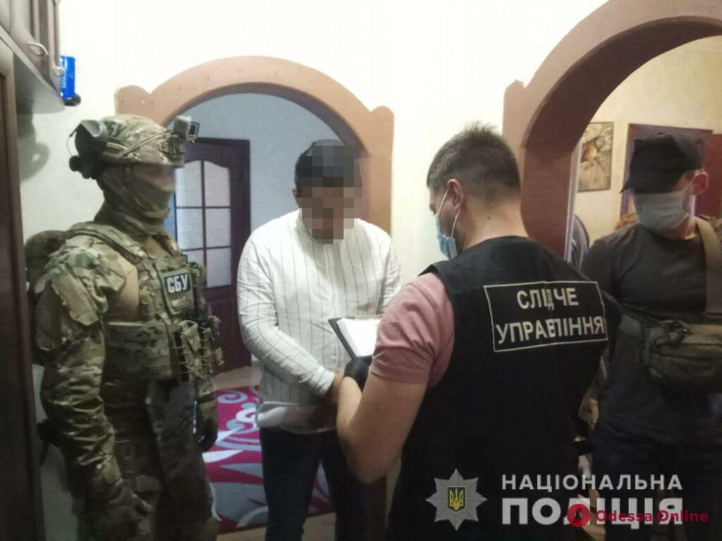 Продавали фальшивые доллары: одесские правоохранители задержали гражданина РФ и киевлянина