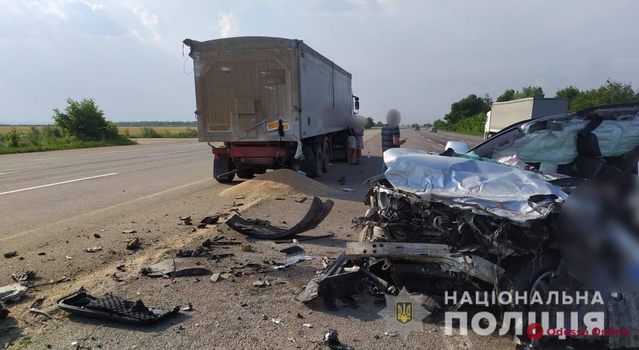 В Одесской области на киевской трассе Land Cruiser врезался в прицеп грузовика — водитель погиб на месте