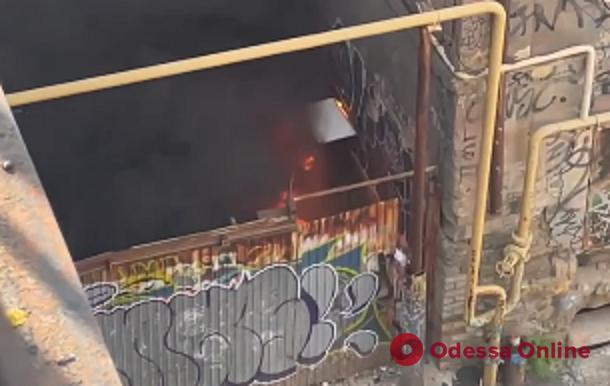 На Деволановском спуске вспыхнул пожар (видео)