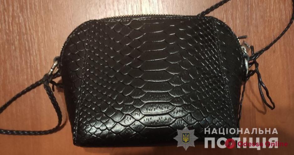 Ограбил одесситку и попался: житель Винницкой области в центре города вырвал у девушки сумочку