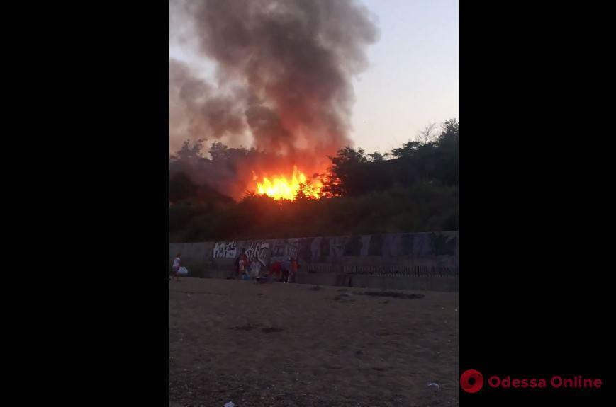 В Черноморске на побережье горит заброшенное здание (обновлено)