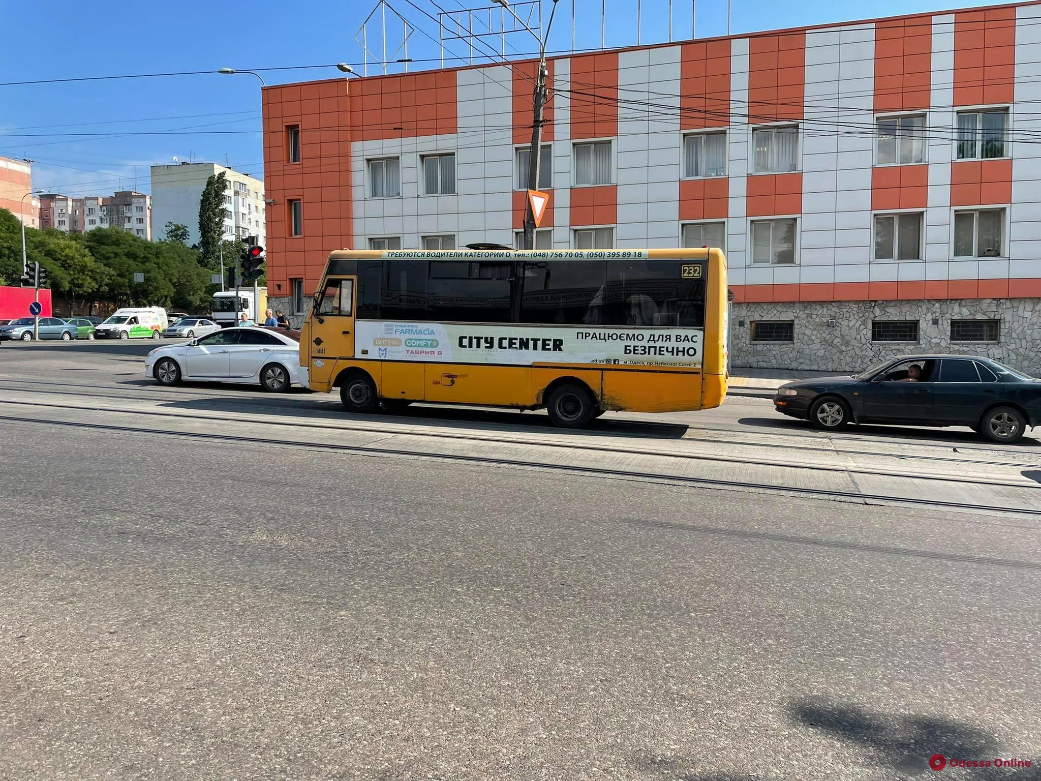 На Дальницкой столкнулись три легковушки и маршрутка — заблокировано движение трамваев