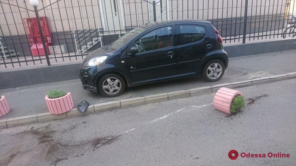 В Одессе автоледи на «Пежо» не справилась с управлением и на тротуаре сбила пешехода