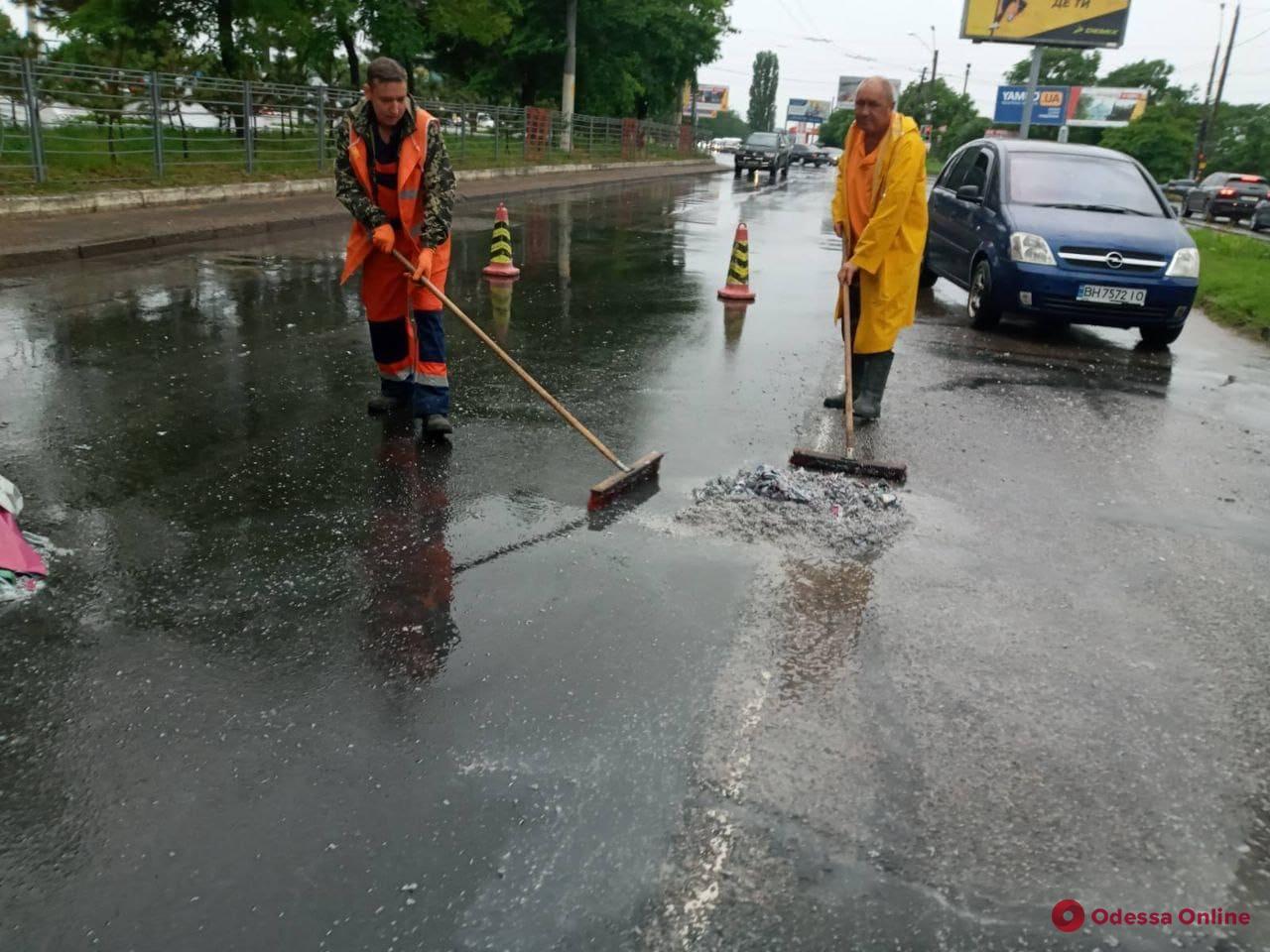 Плавающие машины: в Одессе затяжной дождь подтопил многие улицы (видео)