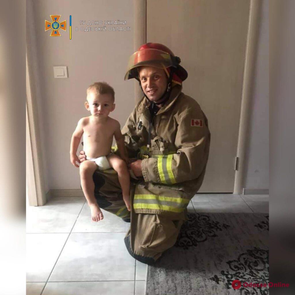 В ЖК «Седьмое небо» двухлетний мальчик закрыл маму на балконе: на помощь пришли спасатели