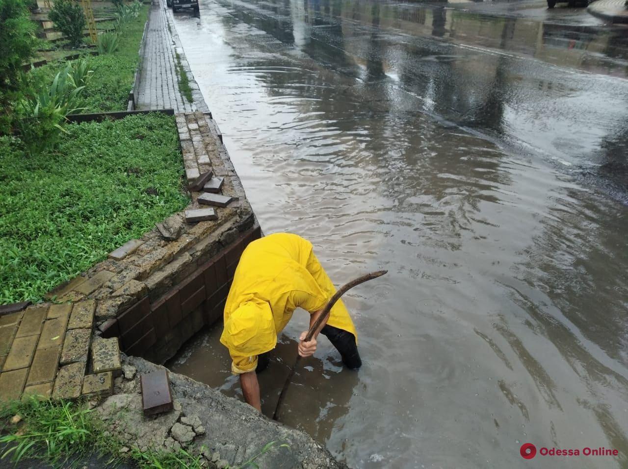 В Одессе со вчерашнего дня выпало больше полумесячной нормы осадков — коммунальщики работают в усиленном режиме (обновлено)
