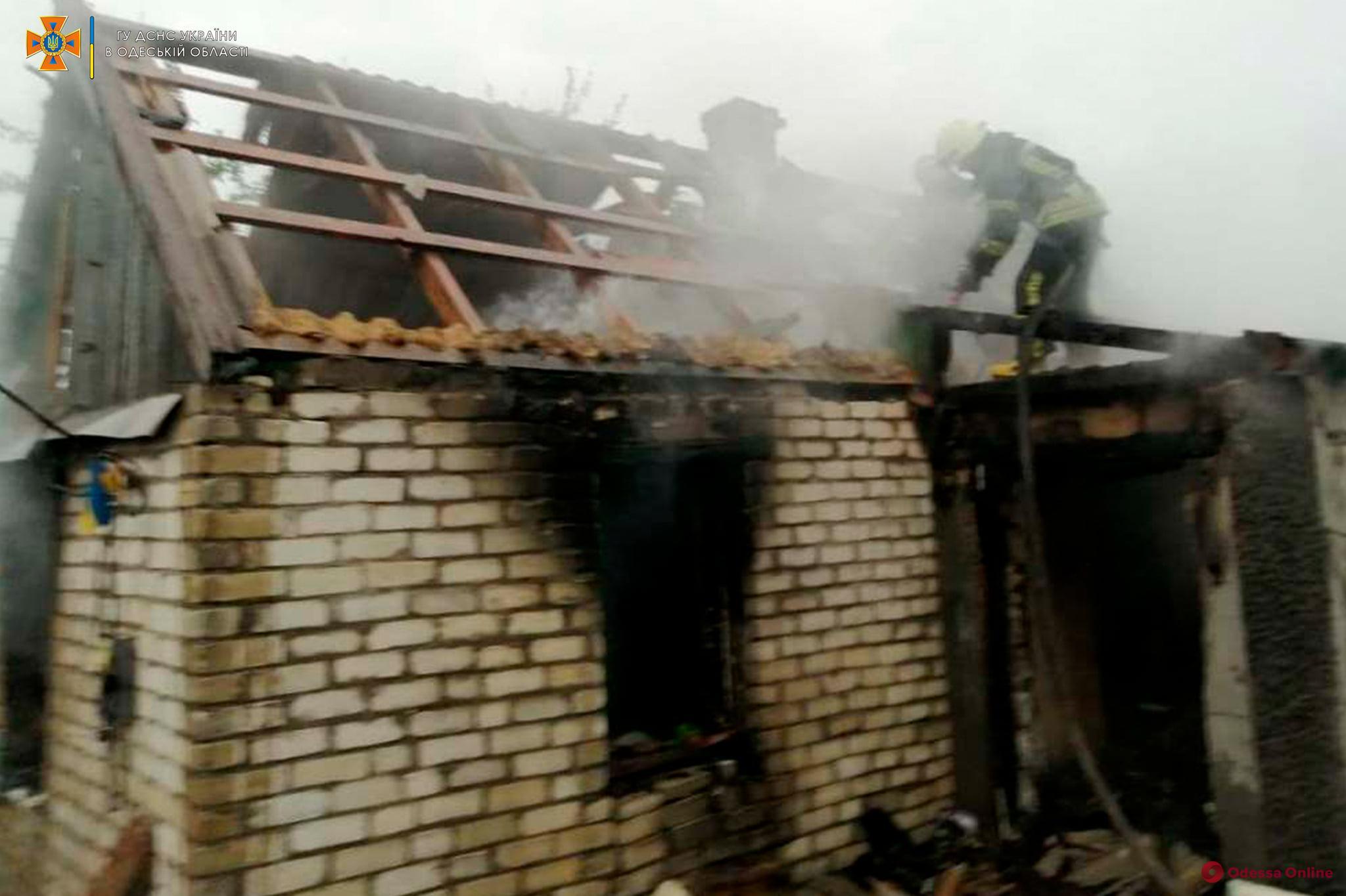 Под Одессой сгорел жилой дом (фото)