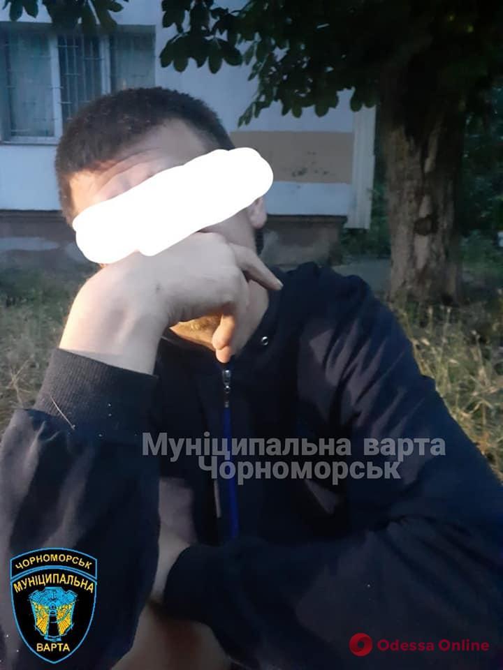 «Копался в земле возле школы»: в Черноморске задержали разыскиваемого автоугонщика