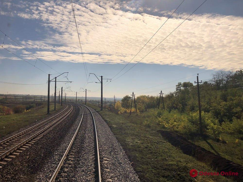 В пригороде Одессы поезду «Интерсити» пришлось делать вынужденную остановку из-за баррикады на рельсах