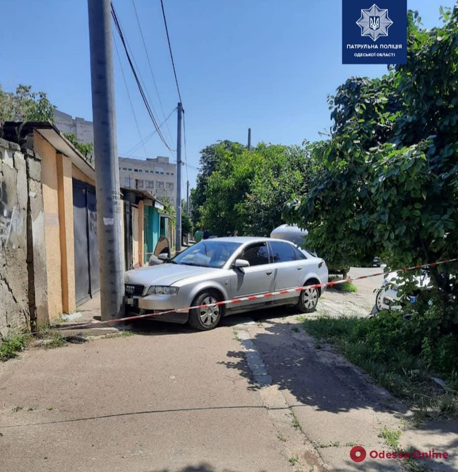 В Одессе воры на Audi, уходя от погони, врезались в столб — один из них напал на патрульного