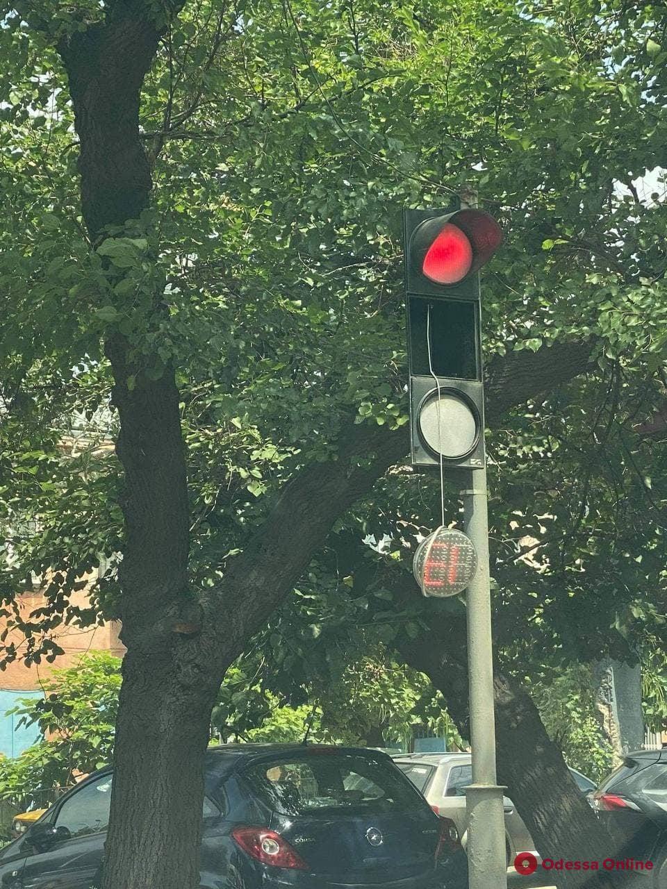 Одесситов просят помочь в поиске вандалов, которые ломают светофоры