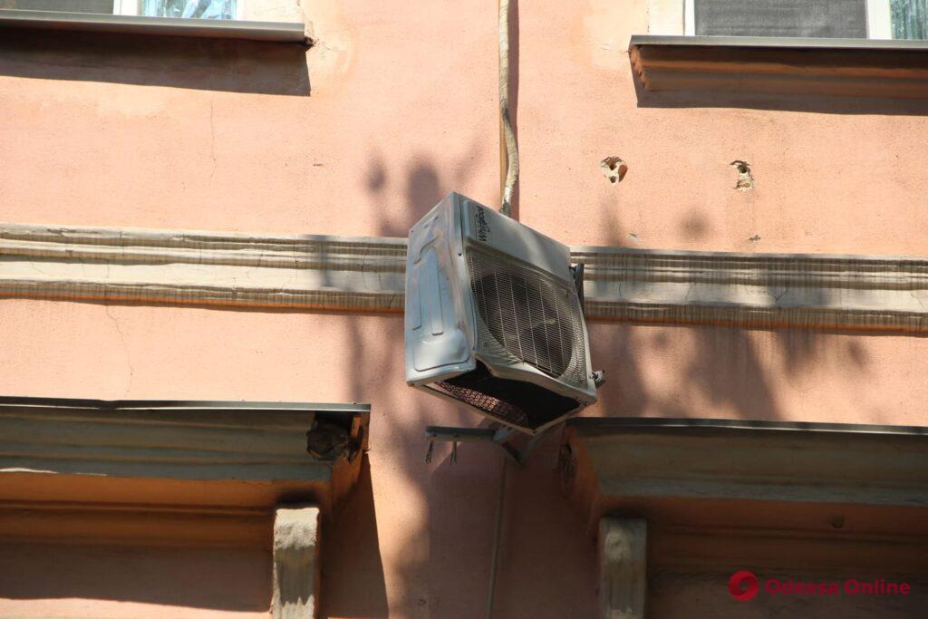 С дома-памятника архитектуры на Соборной площади обвалился кусок карниза (видео, обновлено)