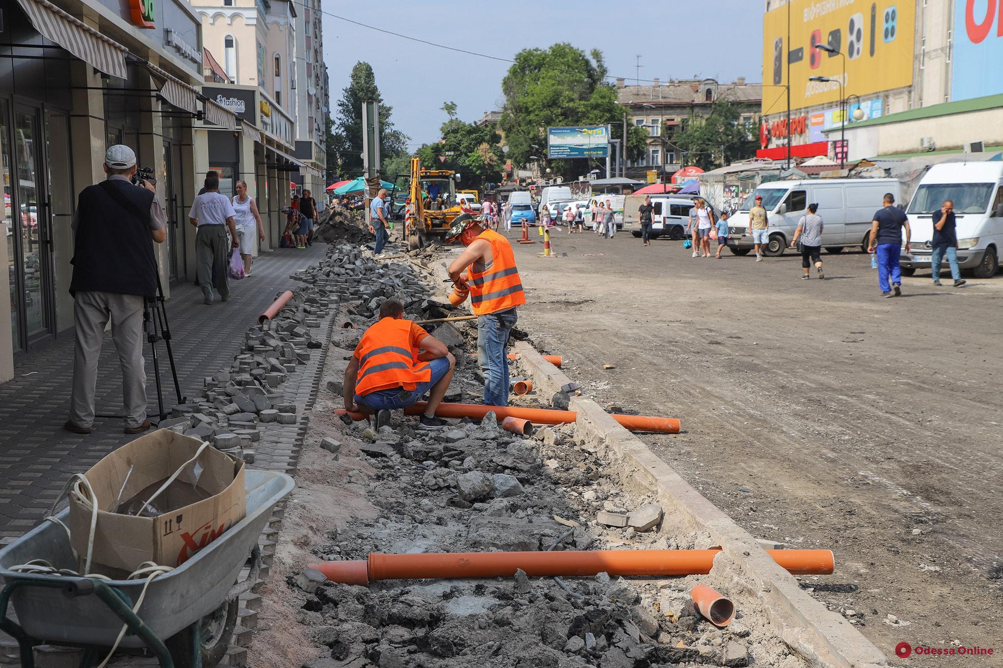 Широкие тротуары и выделенные полосы для общественного транспорта – у «Привоза» продолжаются работы по благоустройству