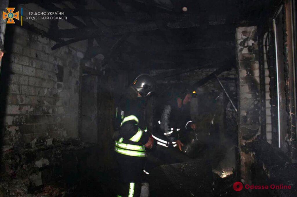 Под Одессой тушили пожар в жилом доме