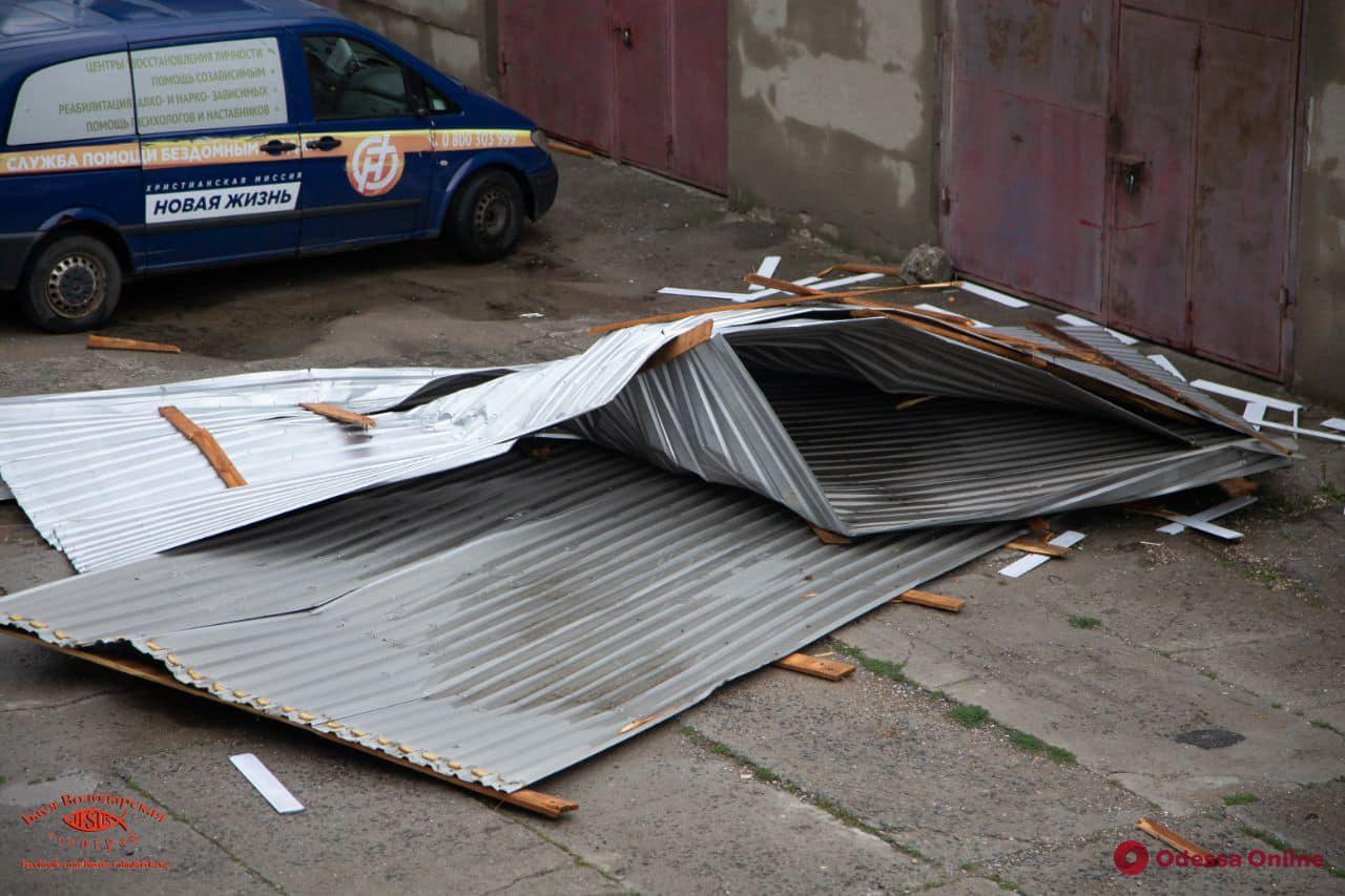 В Одессе сорвало крышу со здания приюта для пожилых людей и инвалидов (фото)