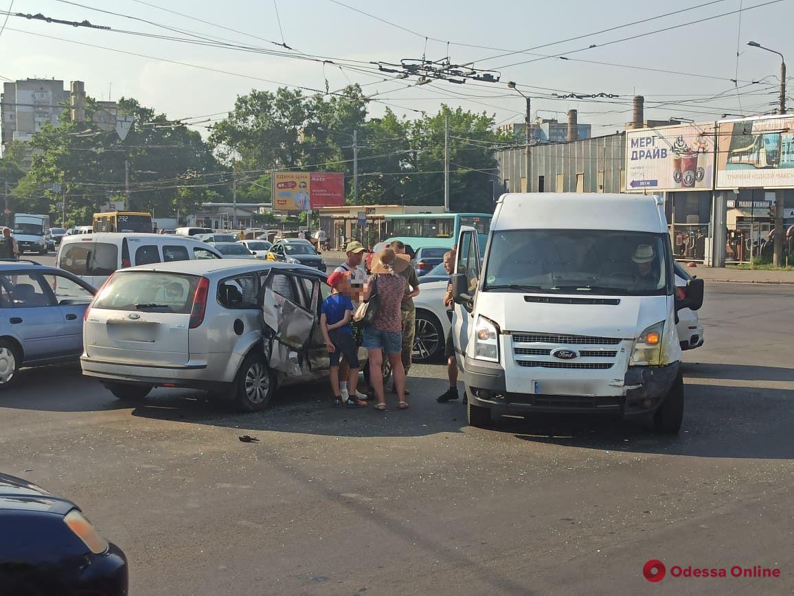 На Таирова столкнулись легковушка и микроавтобус — образовалась большая пробка
