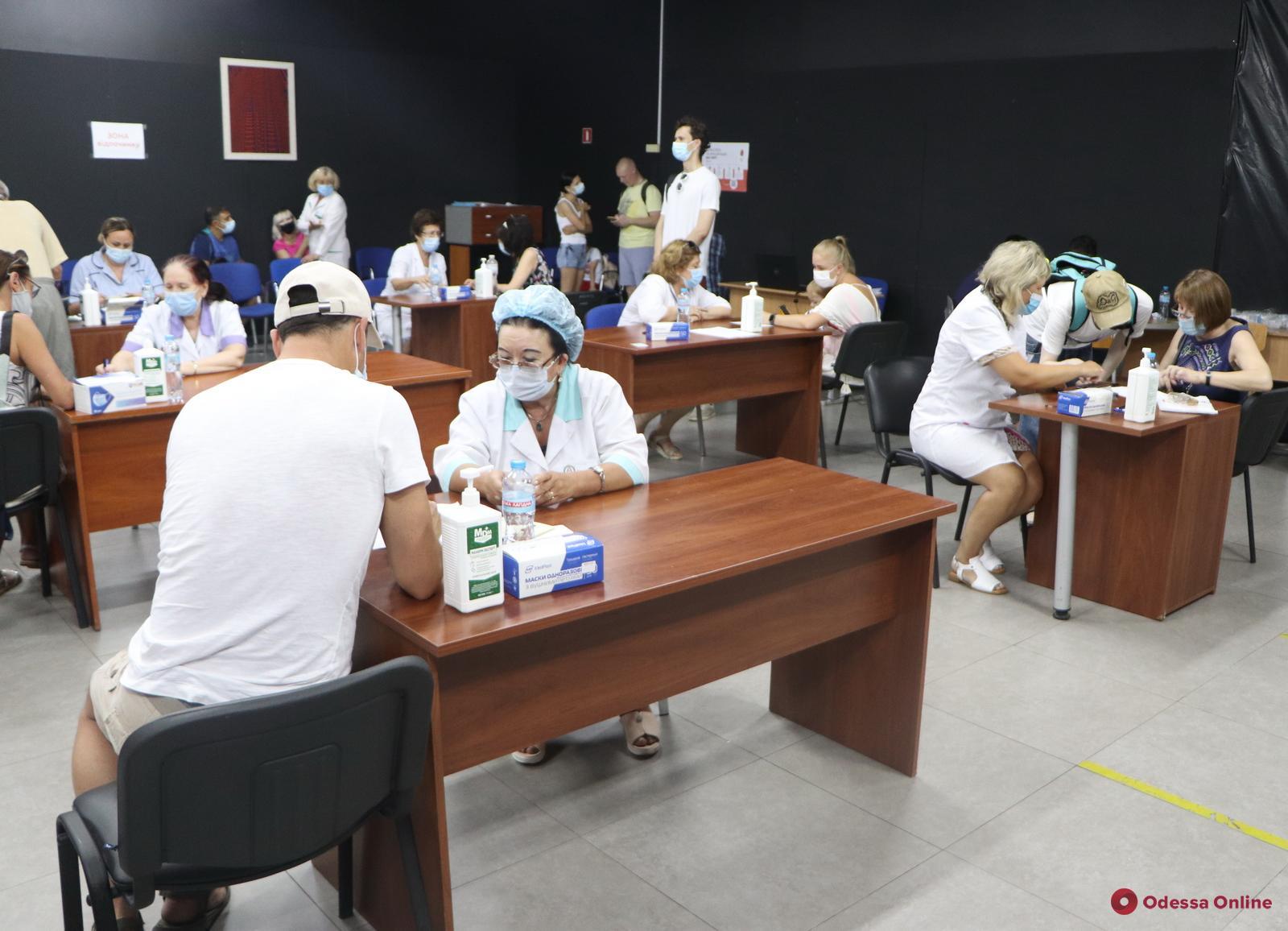 Одесса: в массовых центрах вакцинации за воскресенье привили 6792 человека