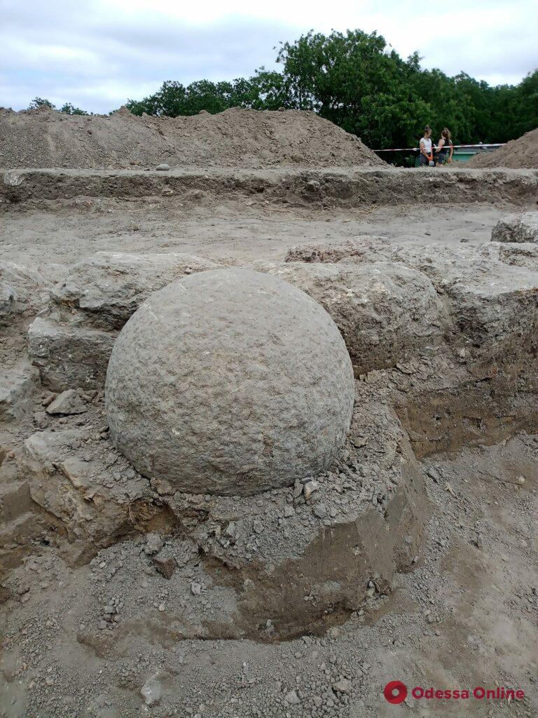 Археологи нашли в Аккерманской крепости старинное каменное ядро