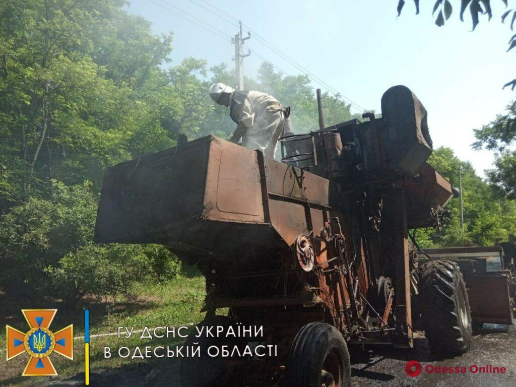 В Одесской области на ходу загорелся комбайн (фото)