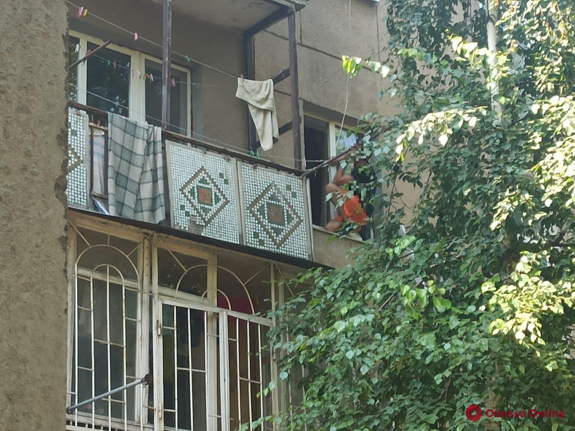 Кричал, что выбросил все «пятки»: на Черемушках неадекват угрожал выпрыгнуть из окна (фото, видео)
