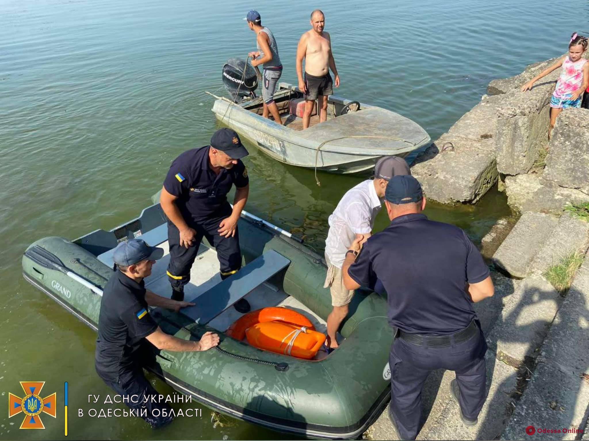 На Днестровском лимане спасли подростка, которого на надувном матрасе отнесло на километр от берега (фото, видео, обновлено)
