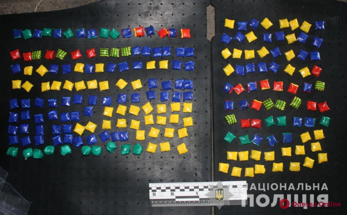 Разноцветные «закладки»: полицейские изъяли у одессита 200 пакетиков с наркотиками