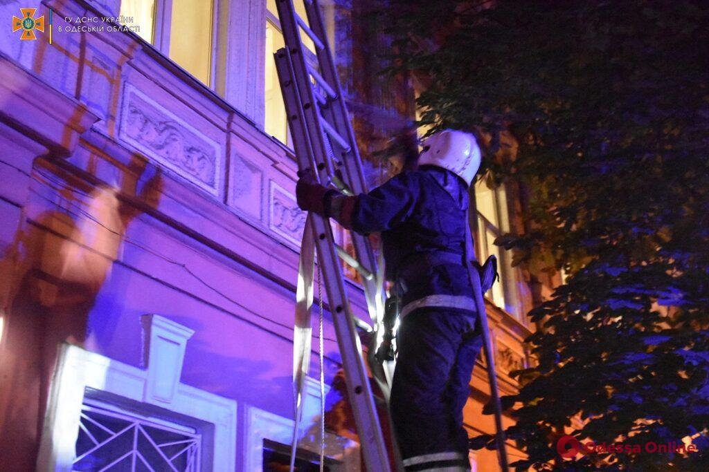 На Кузнечной ночью горел трехэтажный дом – жильцов эвакуировали (фото)