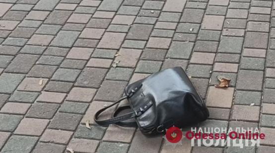 В Одессе дерзкий грабитель из Закавказья «на глазах у изумленной публики» разбил окно внедорожника и забрал сумку с деньгами