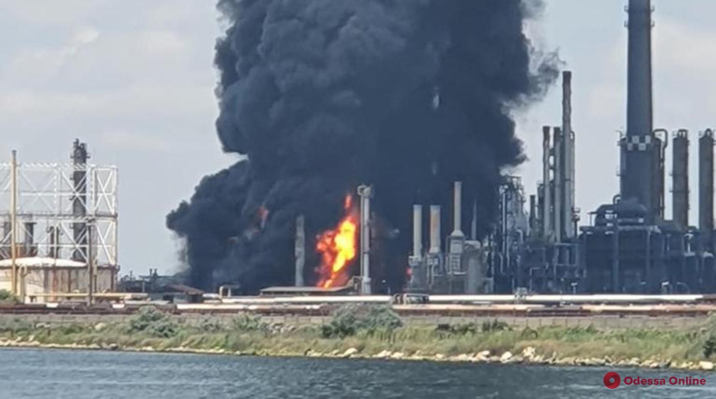 В 200 километрах от Одесской области произошел взрыв на крупнейшем нефтеперерабатывающем заводе Румынии (видео)