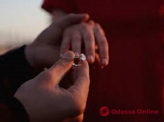 Парень сделал девушке предложение руки и сердца на концерте Монатика в Одессе (видео)
