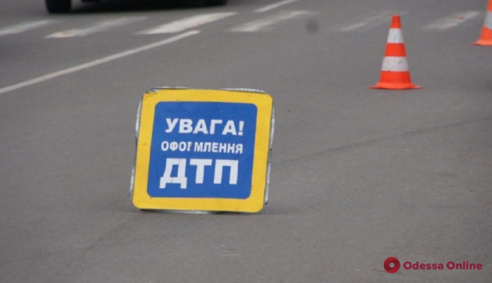 Водителю стало плохо: в Одессе маршрутка врезалась в трамвай