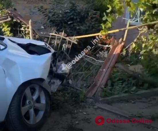 В районе Сухого лимана лихач на «Лексусе» протаранил забор жилого дома (видео)