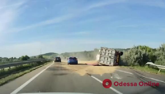 На трассе Киев—Одесса фура с зерном врезалась в отбойник и опрокинулась (видео)